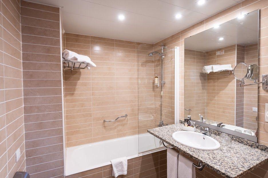 atenea-aventura-standard-bahroom