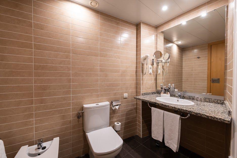 atenea-aventura-terraza-bathroom